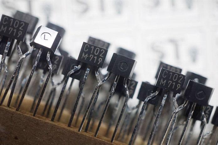 sự khác biệt transistor thyristor